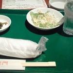 旭龍門 - 着席からセッティングされていた突出し(サラダ、高菜)