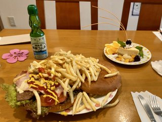 LAUNA - ヨコスカネイビーバーガー(ポテト付)、ヨコスカチェリーチーズケーキ、横須賀海軍ラムネ