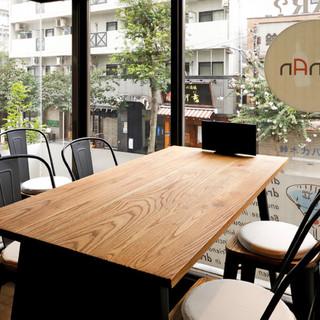 景色を楽しめるテーブル席。