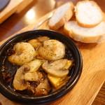 トラットリア自家製蕎麦 武野屋 - 岡山産マッシュルームと海老のアヒージョ