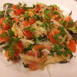オステリア バルカ - 自家製スモークサーモンのカルパッチョ 揚げにんにくと長ネギのマリネ