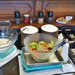 胡椒屋 - サラダボールとスープはセルフサービスです