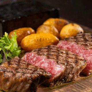 厳選和牛を使用。肉厚ながらしっとり柔らかな極上ステーキを堪能