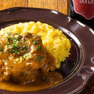 じっくり煮込んだ「オッソブーコ」は絶品。本場の味をご堪能あれ