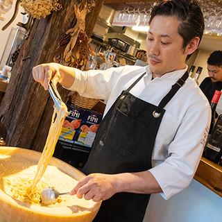 24ヶ月間熟成させたチーズの中で絡める絶品パスタは必食!