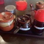 ら~めん からしや - 左奥から胡椒、酢、醤油 左前から刻みニンニク、揚げ一味、ラー油