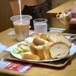 神戸屋ブレッズ - お隣の女性が、パン10切れ召し上がっていらしたので思わず撮ってしまいました。m(__)m この後完食されビックリ。(≧◇≦) 他にも2名程、同じ量がそれ以上の山盛りのパンを召し上がっている女性が・・朝からスゴイ。