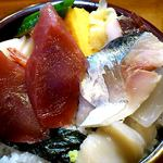 寿司鉄 - 寿司鉄 @平和台 ランチちらし 鮪と鯖の切り身はこんなに大きぃんです。