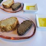 ジャンカルド - メゾンムラタのバケットと黒パン。オリーブオイルがポイント高い♡美味しすぎて、お代わりしてしまいました!