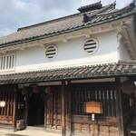河合酒造 - 建物は重要文化財に指定されています。