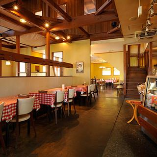 賑やかな雰囲気の店内は、ご家族でのお食事や大人数のご宴会も◎