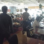 フリーマン カフェ - 店内は開放感があって広げな感じ