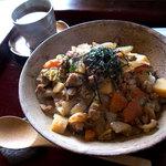 日と月 - 7種野菜と華味鳥の鶏野菜そぼろ丼(750円)