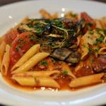 ファリナモーレ - 羽黒の山羊スパイスとトマトの煮込みとナスとハーブのマリネ ショートパスタ