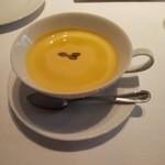 116593847 - 南瓜のスープ。ローストした南瓜の種がトッピング。