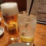 魚金 - ビール590円 神山町レモンサワー(スッキリ)580円