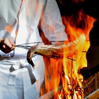 豪快に焼き上げるカツオの藁焼きは当店名物メニュー。
