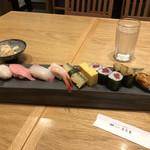 築地寿司岩 - 江戸前握り松3380円(税込み)。握り7貫と巻物半本、玉子、お味噌汁のセットです。カンパチと穴子は、とても美味しかったです(╹◡╹)