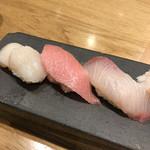 築地寿司岩 - 江戸前握り松3380円(税込み)。右端がカンパチです。旨味、脂ノリ、歯ごたえ揃い、とても美味しかったです(╹◡╹)