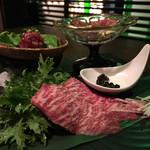 116615682 - 生肉の盛り合わせ。