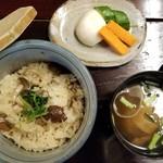 黒茶屋 - 食事(きのこご飯・汁・香の物)