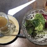回kai - セットのサラダとスパイススープ。水炊きの前に出されるあの感じです