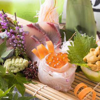 店主自ら仕入れる、その時季の旬魚を盛り合わせで!