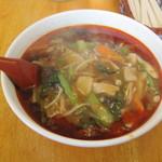 東来 - 酸辣湯麺、ラー油で真っ赤です。