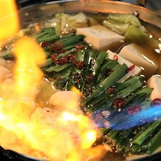 こだわりの<炙り和牛もつ鍋>豚骨コラーゲンで味変するよ!