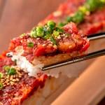 金山肉割烹 肉の権之助 - 超ロング!なんと全長50cm馬肉ロングユッケ寿司
