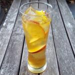 Embassy Cafe & Dining - 柚子と林檎のジンジャーアイスティー 旬の林檎に柚子蜜とジンジャーを浸け込んだオーガニックアイスティー。美容と健康にも◎