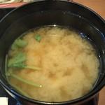 信濃 - 味噌汁(豆腐・三つ葉)