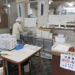 Taiheikaku - この日も店内では手際よく店員さんが肉まんを作っておられました。