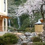 金沢犀川温泉 川端の湯宿 滝亭 - 滝亭の滝、内湯の露天風呂は滝を見ながら入れる