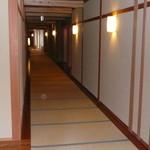 金沢犀川温泉 川端の湯宿 滝亭 - 畳敷きの廊下