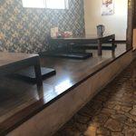 田主丸ラーメン 五炉 - 小上がりのテーブル席
