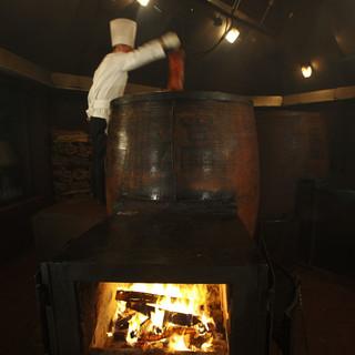 """ルーツは2千年も昔から。全長2mの""""魔法の薪窯""""で焼き上げる"""