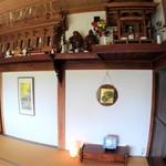 志ぐれ亭 - 歴史と人の営みを感じる板戸や神棚
