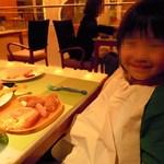 11669077 - …とは言っても食べすぎの子ども。