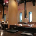 柳橋もつ元 - 柔らかい照明の掘り炬燵式テーブル席です。