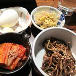柳橋もつ元 - 小鉢もひとつひとつが美味しくて感激。玉子(生か茹でを選択)・豆モヤシのナムル・ゼンマイのナムル・キムチ。