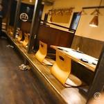 酒囲屋本店 - カウンター席と小上がり席