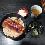 市松 - 〔ランチ〕鰻丼(¥1500)。大きな鰻が1枚、バランス的にはご飯が残り気味になるが、そこは漬物がカバー