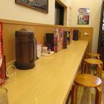 弟子屈ラーメン - 訪問したのは平日の17時過ぎだったんで店内にはまだ空席がありました、私は一人だったんでカウンター席で食事です。