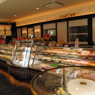 パティスリーバロン - 内観写真:ゆったりと横に広いショーケース。お菓子を選んでいただくのも楽しみのひとつです。