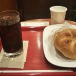 カフェ・ベローチェ - 料理写真:モーニングメニュー ツナメルト(390円税込) 飲み物はアイスコーヒー