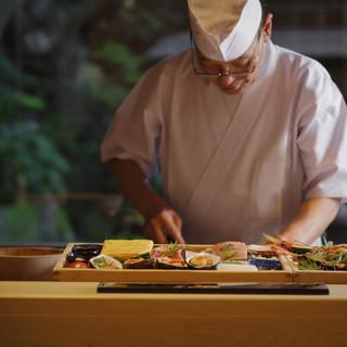 四季折々の景観を見晴らせるカウンター席で、匠の寿司を味わう。
