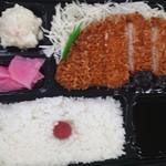 Sakuton - 味噌カツ弁当(税込590円)、右下がつけ味噌部分