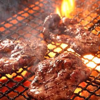 分厚く素材の旨みを最大限に生かした熟成牛タン炭焼き!