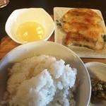 川尻ラーメン けんだま - 餃子とご飯、漬物(セットで680円)